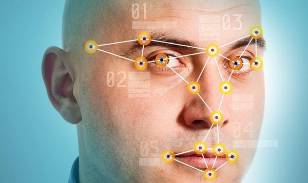 Идентификация лица на основании особенностей и черт лица человека.